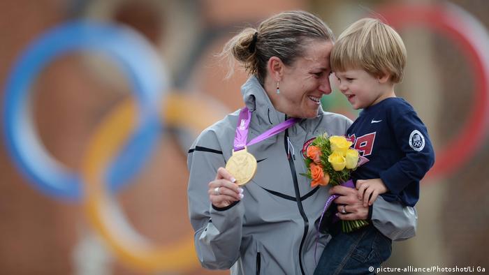 Olympische Spiele Londond 2012 | Kristin Armstrong mit ihrem Sohn (picture-alliance/Photoshot/Li Ga)