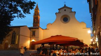 People sit in bars and restaurants around the Piazza Santo Spirito (picture-alliance/J. Hoelzl)