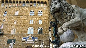 A copy of the David statue (left) now stands in front of the Palazzo Vecchio (picture-alliance/N. Tondini/robertharding)