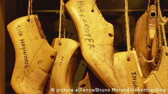 Wooden lasts of the feet of Hollywood icons in the Salvatore Ferragamo Museum (picture-alliance/Bruno Morandi/robertharding)