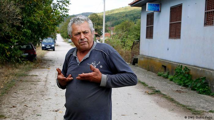Penzioner Dušan Andrić pokazuje dokle je došla voda u prošloj poplavi