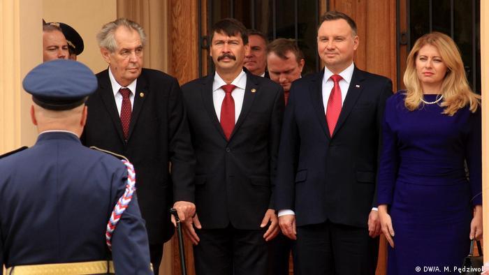 Prezydenci państw Grupy Wyszehradzkiej przed zamkiem w Lanach