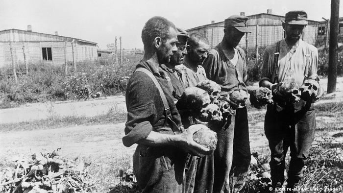 Юли 1944: оцелели от концентрационния лагер Майданек в Полша след освобождаването им