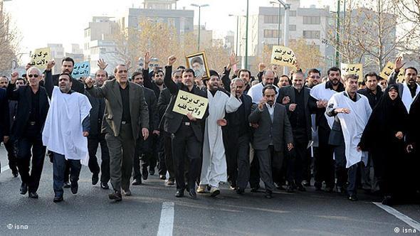 تظاهرات نمایندگان مجلس در روز سهشنبه (۸ دی) در پشتیبانی از ولایت فقیه. آنان روز بعد برای بررسی اوضاع یک جلسه غیرعلنی برگزار کردند