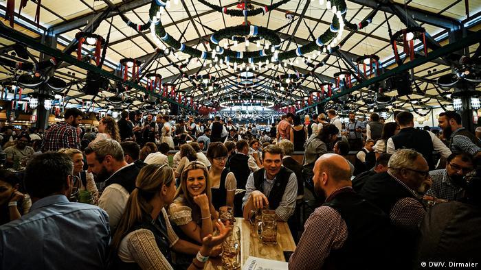 Viele Menschen sitzen in einem Bierzelt auf dem Münchner Oktoberfest.
