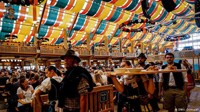 Scene from inside a beer tent at Oktoberfest, 2019 (DW/V. Dirmaier)