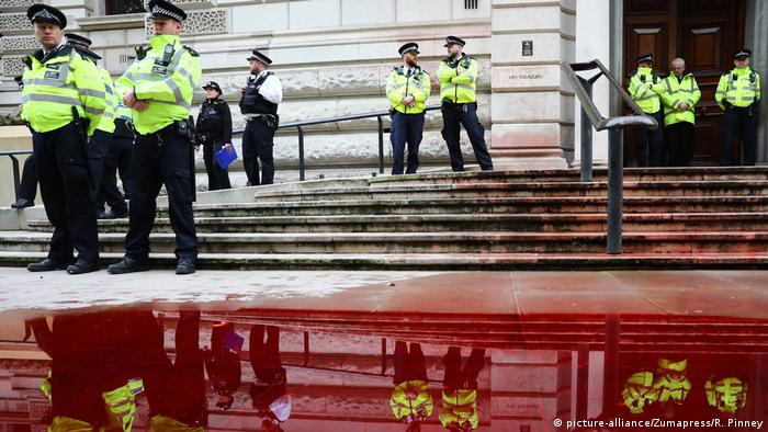 Officers stand near a pool of fake blood that was sprayed on the British Treasury building in London (picture-alliance/Zumapress/R. Pinney)