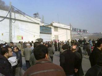 خانوادههای زندانیان سیاسی در برابر زندان اوین (عکس از آرشیو)
