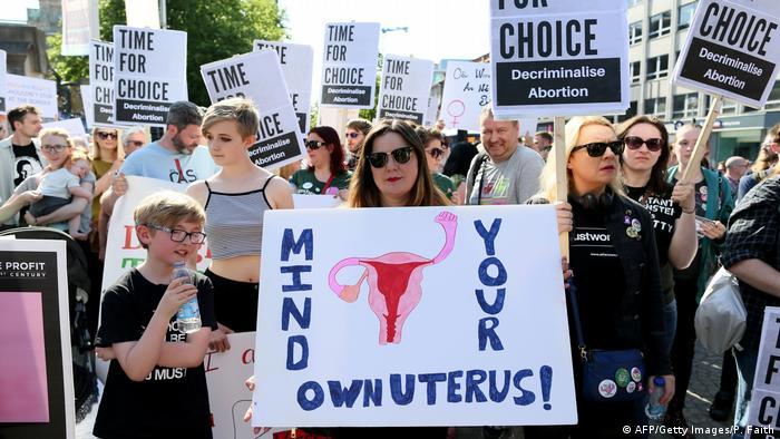 Manifestantes pró-aborto em Belfast, na Irlanda do Norte