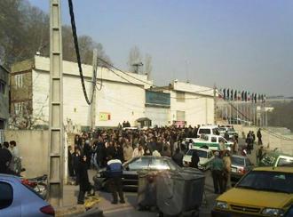 تجمعی از خانوادههای زندانیان سیاسی در مقابل اوین