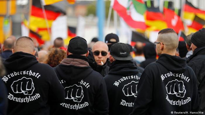 Membros do grupo extremista Irmandade Alemanha durante manifestação em Berlim