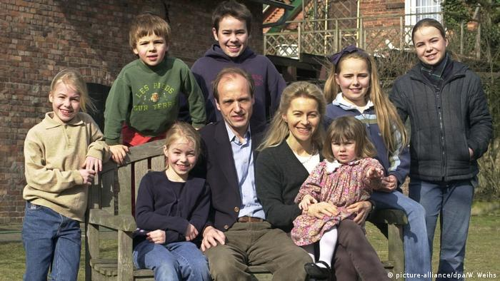 European Commission President-elect Ursula von der Leyen and her family at their home in Hannover, Germany, in 2003 (picture-alliance/dpa/W. Weihs)