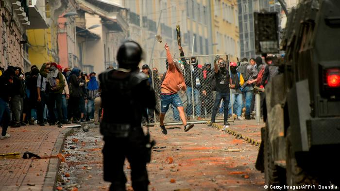 Полицейские и протестующие на улицах Кито