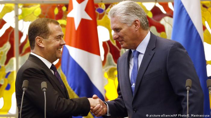 Kuba Havanna | Dmitri Medwedew, Premierminister Russland & Raul Castro (picture-alliance/AP Photo/E. Mastrascusa)