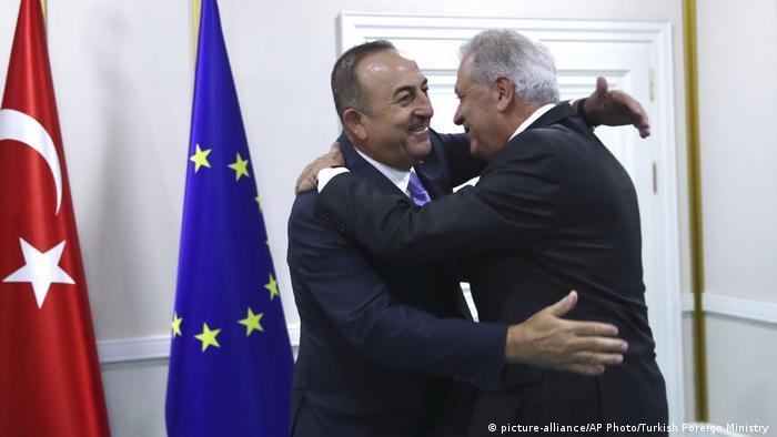 Türkei-EU Flüchlingsabkommen | Türkischer Außenminister Mevlut Cavusoglu mit EU-Kommissar für Immigration Dimitris Avramopoulos