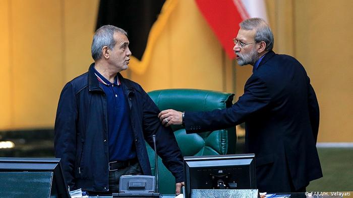 نصرالله پژمانفر، نماینده جبهه پایداری قصد داشت با فریاد وقت تذکر بگیرد که با ممانعت علی لاریجانی روبرو شد. او رئیس مجلس را دیکتاتور خطاب کرد. لاریجانی هم گفت: «توهین نکنید دیکتاتوری دیکتاتوری! یک چیزی یاد گرفتهاید، دیکتاتور شما هستید که این بساط را در کشور به راه انداختید.» در جلسه بعدی مجلس هم مجتبی ذوالنور، مسعود پزشکیان را که رئيس جلسه بود دیکتاتور خواند.