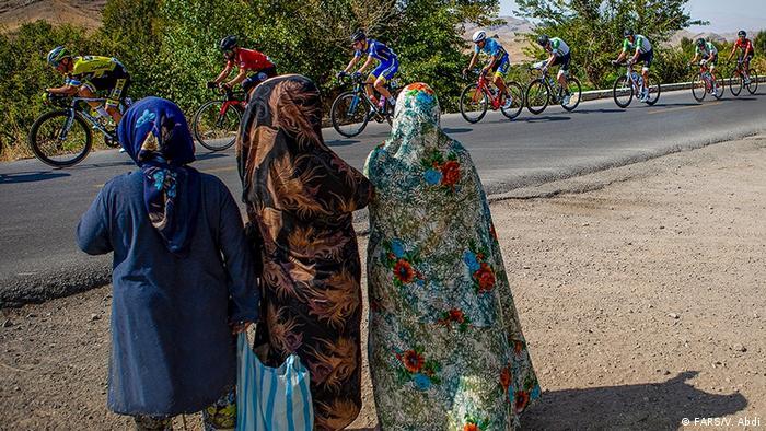 سی و چهارمین تور بینالمللی دوچرخه سواری ایران- آذربایجان در جاده سه استان آذربایجان شرقی، آذربایجان غربی و اردبیل با حضور ۱۴ تیم از ۱۰ کشور در حال برگزاری است. ۳۶ هزار یورو به عنوان جوایز این دوره تعیین شده که نسبت به سال گذشته ۱۴ هزار دلار کاهش یافته است.