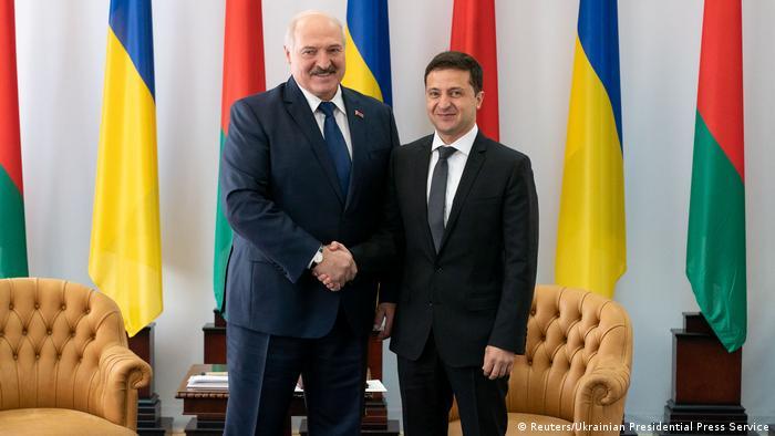 Лукашенко и Зеленский пожимают друг другу руки