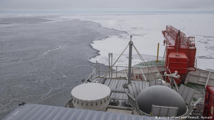 This image provided by the Alfred-Wegener-Institut shows the 'Polarstern' vessel as it arrives at a potential ice floe for the MOSAiC (Multidisciplinary drifting Observatory for the Study of Arctic Climate) in the Arctic Sea on Monday, Sept. 30, 2019. (picture-alliance/AP Photo/E. Horvath)