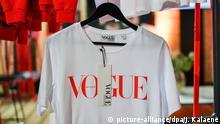 07.07.2019, Berlin: Ein Shirt mit dem Label Vogue hängt auf der About You Fashion Week im E-Werk. Auf der Berlin Fashion Week werden die Kollektionen für Frühling/Sommer 2020 vorgestellt. Foto: Jens Kalaene/dpa-Zentralbild/ZB   Verwendung weltweit