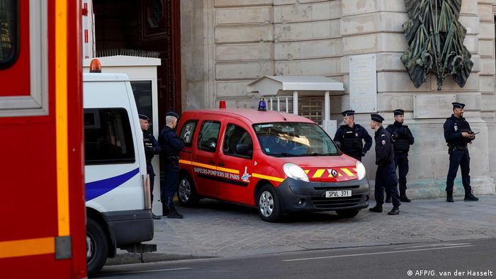 Região do comando da polícia de Paris foi isolada após o ataque