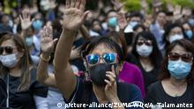 Pro democracy protesters gathered throughout Hong Kong to express their opposition to a new anti face covering law (picture-alliance/ZUMA Wire/A. Talamantes)
