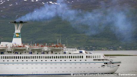Emissions from a cruiser (picture-alliance/blickwinkel/H. Baesemann)