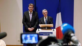 Główny śledczy Jean-Francois Ricard (p) i szef policji sądowej Christian Sainte