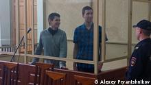04/10/2019 *** Aktivisten Jan Sidorov (links) und Vladislav Mordasov im Gerichtssaal in Rostow am Don
