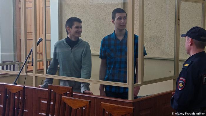 Ростовские активисты Ян Сидоров (слева) и Владислав Мордасов в Ростовском областном суде