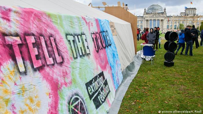 A climate protest camp near the Bundestag in Berlin with a banner that reads Tell The Truth (picture-alliance/dpa/A. Riedl)