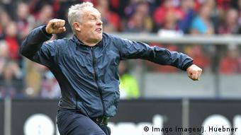 Fußball Bundesliga - SC Freiburg v Borussia Dortmund Trainer Streich