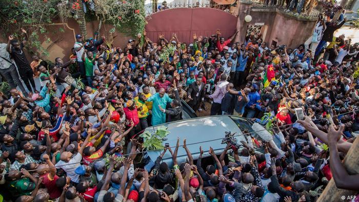 Camaroneses comemoram a soltura de Maurice Kamto na capital Yaoundé