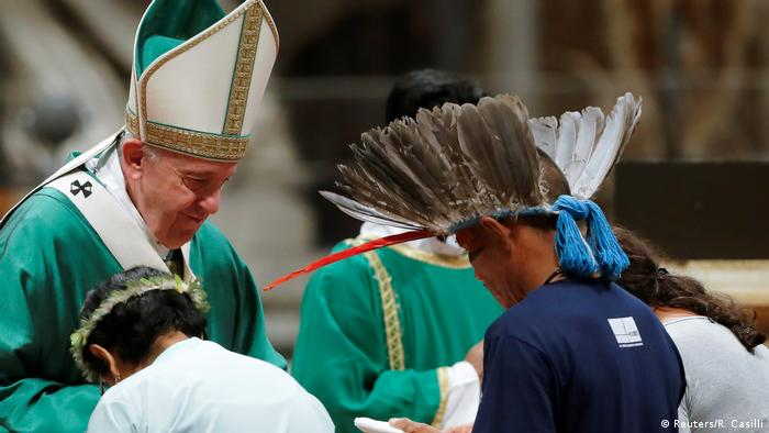 Dezenas de bispos e cardeais, além de representantes de povos indígenas, participaram da celebração na Basílica de São Pedro