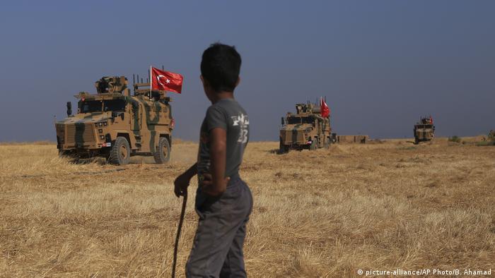 Türkisches Militär an türkisch-syrischer Grenze (picture-alliance/AP Photo/B. Ahamad)