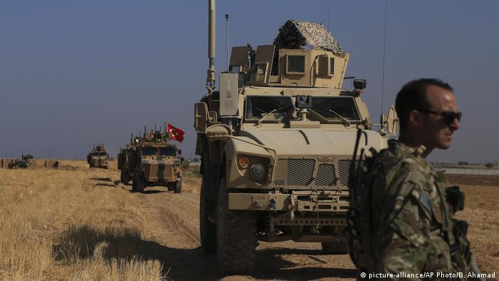 Türkisches Militär an türkisch-syrischer Grenze (picture-alliance/AP Photo/B. Ahamad)