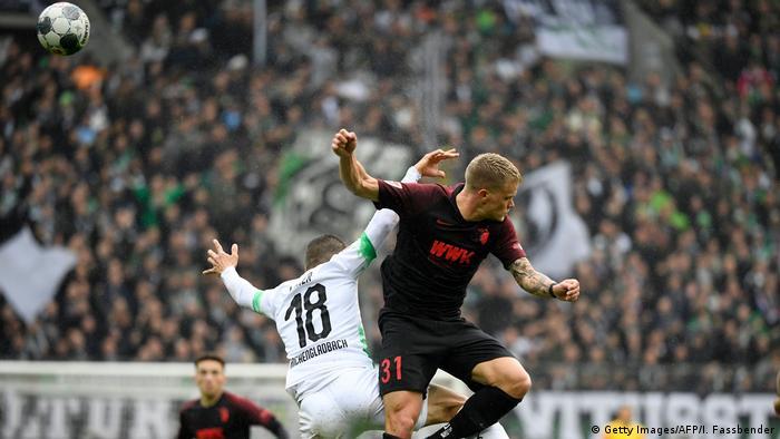 Jogadores do Borussia Mönchengladbach e do FC Augsburg em partida da Bundesliga em 6 de outubro