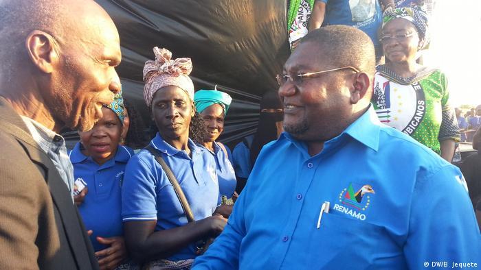Ossufo Momade cumprimenta apoiantes da RENAMO em Chimoio