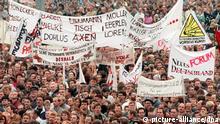 ARCHIV - Nahezu eine Million Menschen strömten nach offiziellen Schätzungen am 4. November 1989 auf den Ostberliner Alexanderplatz. Oppositionsgruppen und Künstler hatten die Veranstaltung organisiert. Vier Tage später, am 8. November, tritt das Politbüro zurück. Am 9. November fällt die Mauer. dpa/lbn (zu dpa Korr - Serie Mauerfall Privilegien für alle - Riesen-Demo auf dem Alex vom 03.11.2009) +++(c) dpa - Bildfunk+++ |