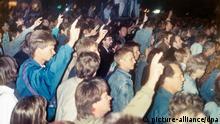 ARCHIV- Blick auf die bislang größte Montagsdemonstration am 02.10.1989 in Leipzig, an der bis zu 20.000 Menschen teilnehmen und Reformen von der DDR-Regierung fordern. Das Bild zeigt Demonstranten, die das Victoryzeichen machen. Foto:dpa (zu dpa «2. Oktober 1989: Bis zu 20 000 Demonstranten in Leipzig» vom 09.10.2014) +++(c) dpa - Bildfunk+++ | Verwendung weltweit