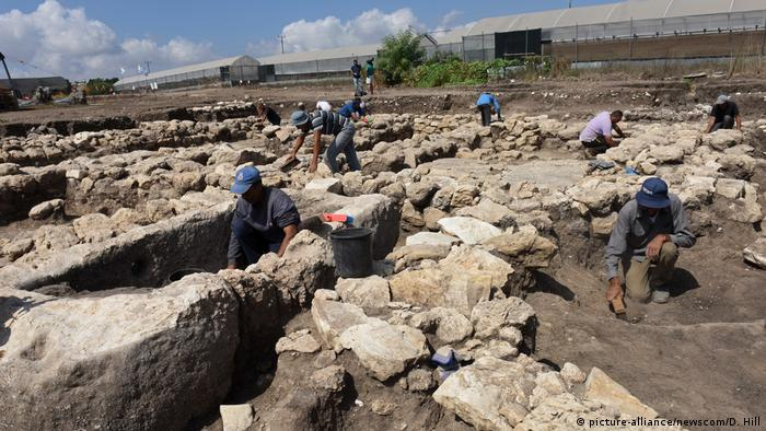 Israeli archaeologists work at the En Esur excavation site, where an early Bronze Age city was uncovered (picture-alliance/newscom/D. Hill)