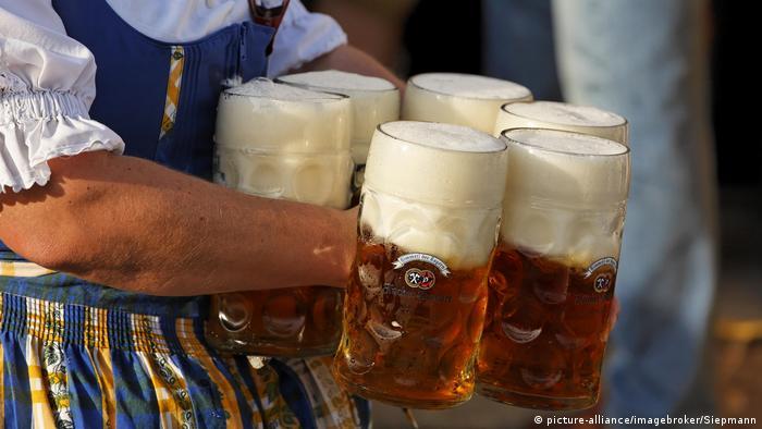 Deutschland Oktoberfest München Bierkrug (picture-alliance/imagebroker/Siepmann)