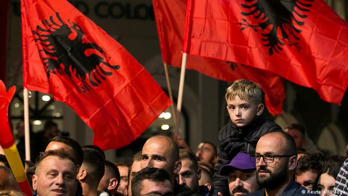 Сторонники оппозиции в Косово празднуют победу на улицах Приштины