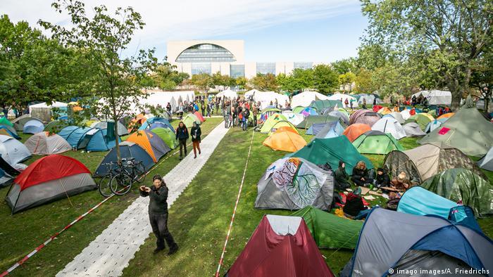 کمپ اعتراضی فعالان محیط زیست آلمان در برابر محل کار صدراعظم آلمان