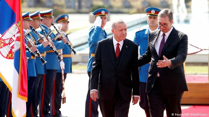 Erdogan i Vučić prolaze ispred postrojenih vojnika koji sviraju