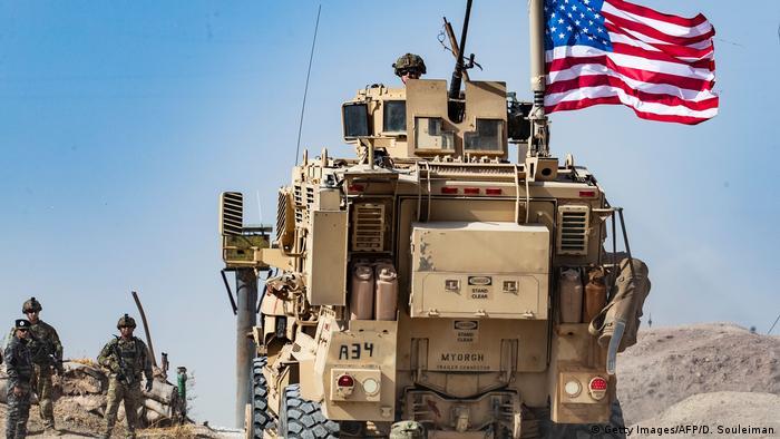 Syrien Raʾs al-ʿAin | Syrische Kurden und US Militärfahrzeug nahe der Grenze zur Türkei (Getty Images/AFP/D. Souleiman)