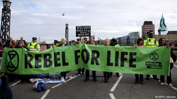 Экоактивисты блокируют один из мостов в центре Лондона