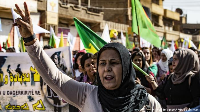Syrian Kurds demonstrate against a threatening Turkish invasion (Getty Images/AFP/D. Souleiman)