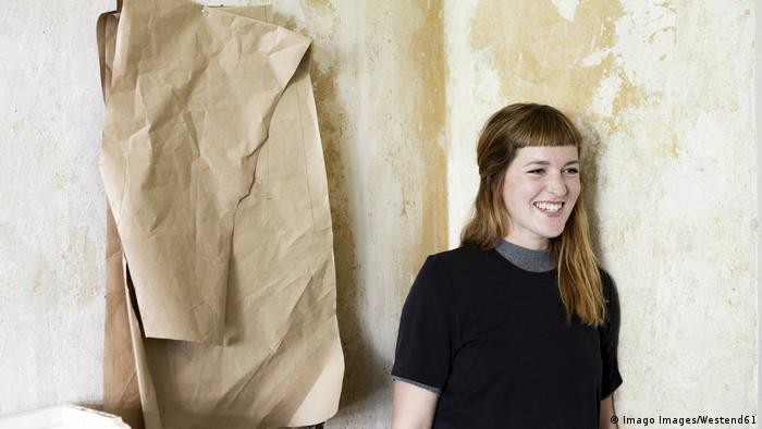 Symbolbild junge Frau & Renovierung von Wohnung