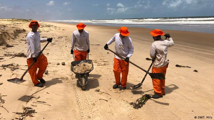 A four-man cleaning crew on the beach in Pirambu, Sergipe (DW/T. Milz)